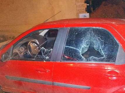 Em blitz, casal destrói carro e ameaça guardas com pedaço de pau