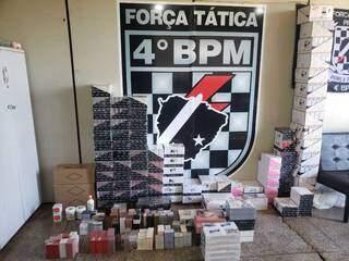 Perfumes e cremes foram levados para a delegacia da cidade. (Foto: Polícia Militar)