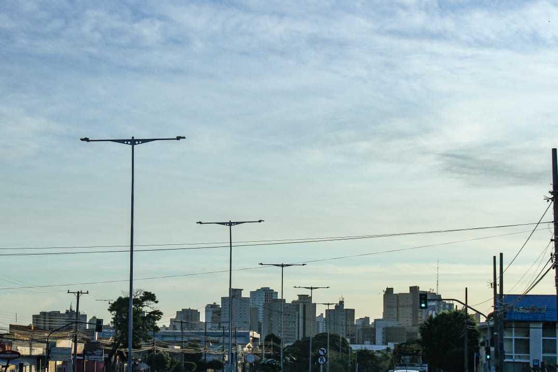 Céu claro na manhã deste sábado na Avenida Fernando Corrêa da Costa, no Centro da Capital (Foto: Henrique Kawaminami)