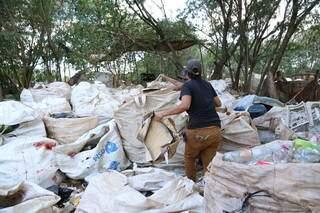 Catadora seleciona materiais recicláveis em Campo Grande. (Foto: Kísie Ainoã)