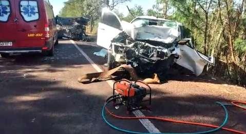 Criança de 8 anos e duas pessoas morrem após colisão que destruiu Hilux e Jeep