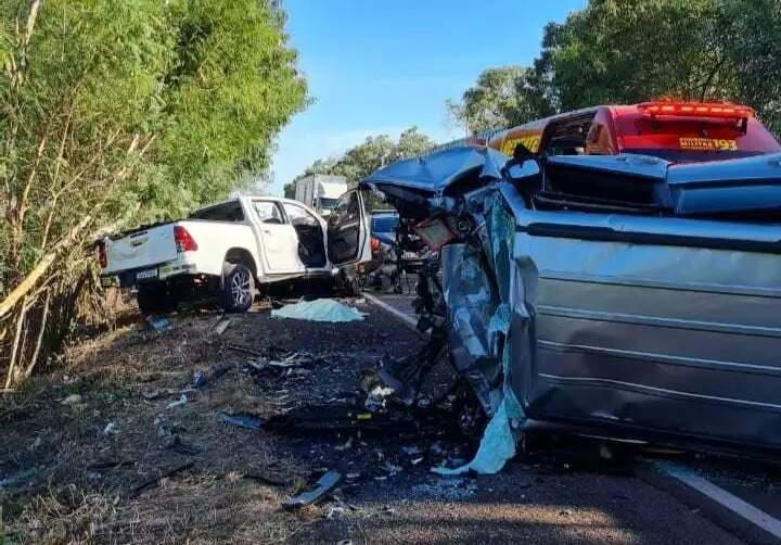 Veículos ficaram completamente destruídos após batida. (Foto: Direto das Ruas)
