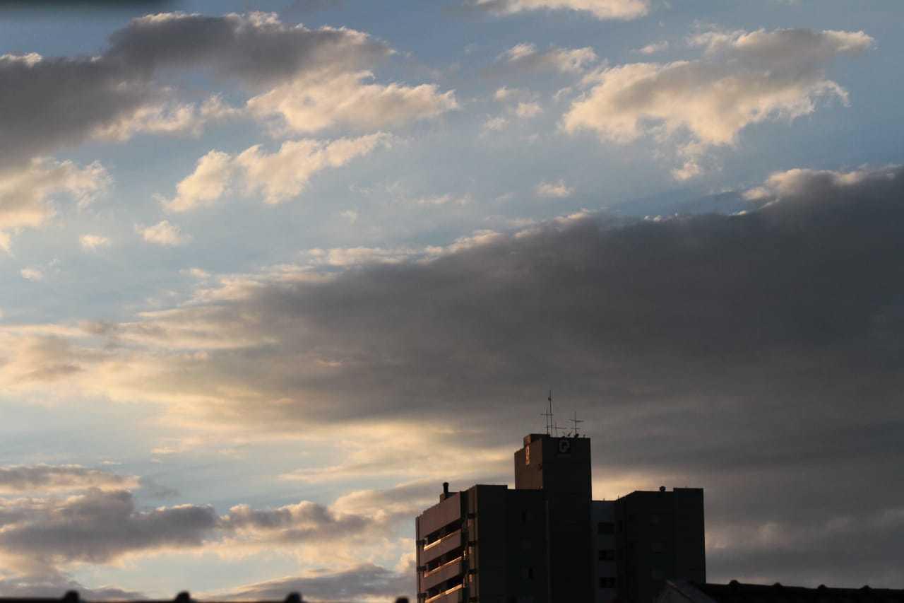 Céu com nuvens no final da tarde deste domingo em Campo Grande. (Foto: Marcos Maluf)