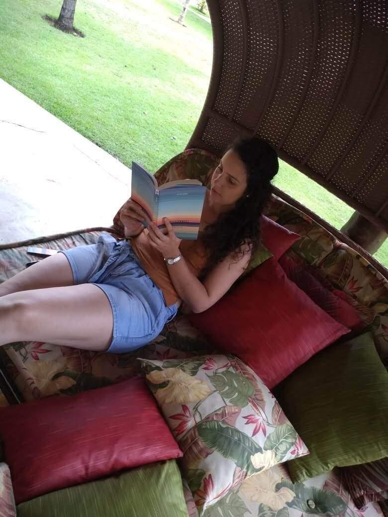 Carla leva livro em todas as suas viagens. (Foto: Arquivo Pessoal)