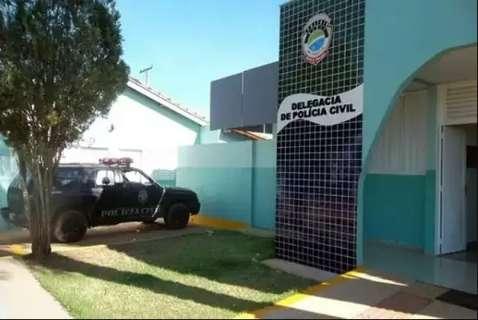 """Polícia """"estoura"""" portão para salvar mulher ensanguentada que apanhou de marido"""