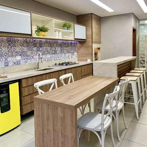 Em área gourmet de 30 m², família prova que cabe toda alegria da casa