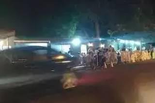 Na Vila Planalto, música ao vivo em bar faz galera tomar às ruas sem distanciamento. (Foto: Direto das Ruas)
