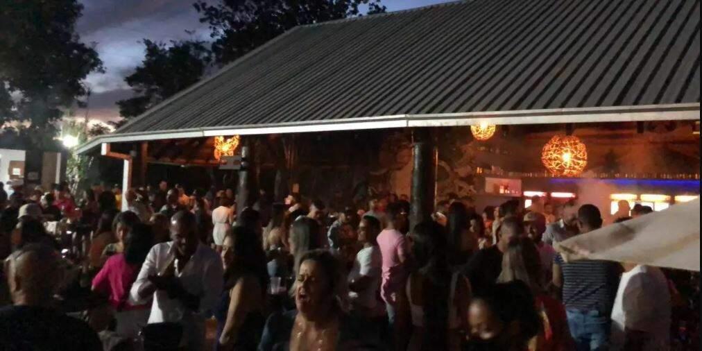 Bar lotado no fim de semana em Campo Grande (Foto: Direto das Ruas)