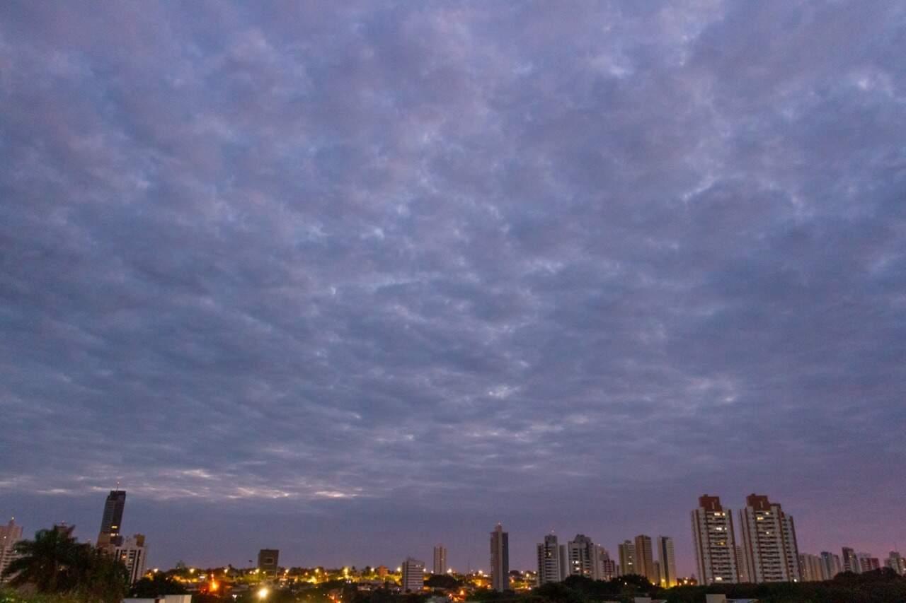 Vista do amanhecer na Capital no bairro São Bento (Foto: Henrique Kawaminami)