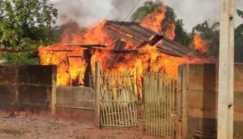 Mulher não aceita fim do casamento e incendeia casa do ex-marido