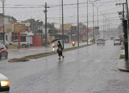 Chuva forte escurece tarde e deve derrubar a temperatura na Capital