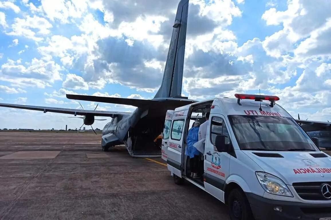 Registro de transferência de paciente de Dourados em avião da FAB, na Base Aérea de Campo Grande. (Foto: Direto das Ruas)