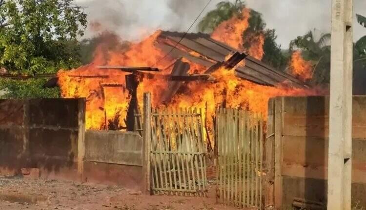 Casa ficou tomada pelo incêndio que se alastrou rapidamente. (Foto: Divulgação | PM)