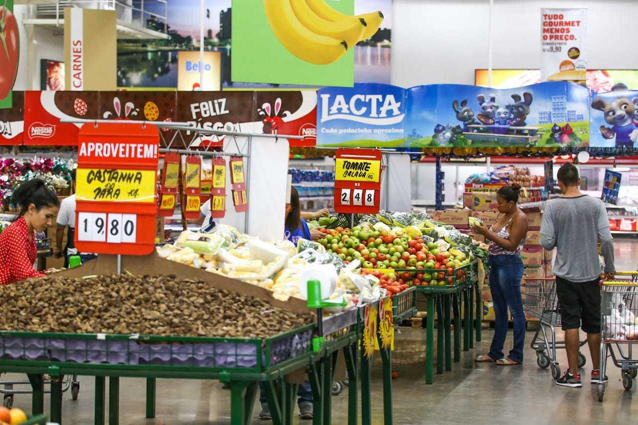 Consumidores fazem compras em supermercado da Capital (Foto: Marcos Maluf/Arquivo)