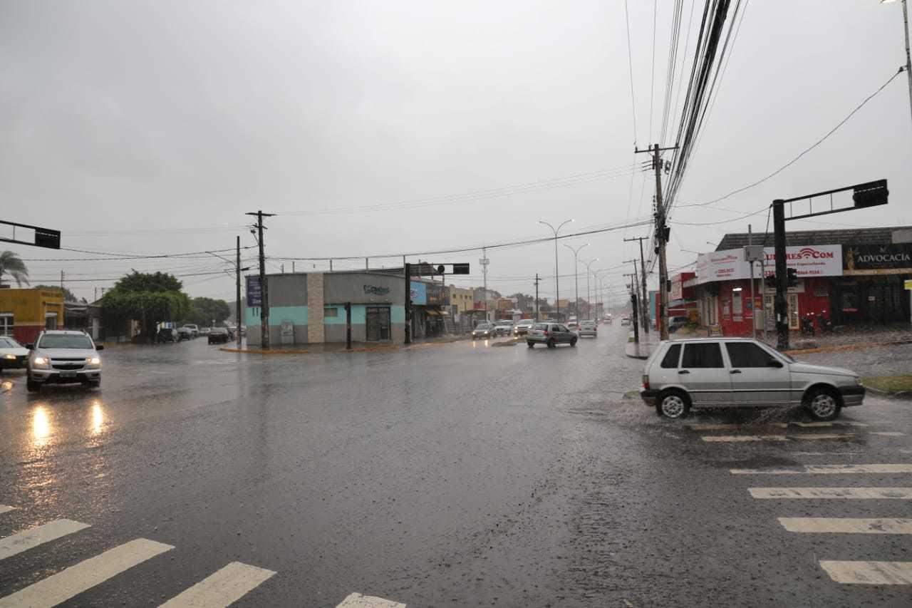 Do outro lado da cidade, na avenida Júlio de Castilho, a chuva também chegou com força (Foto: Paulo Francis)