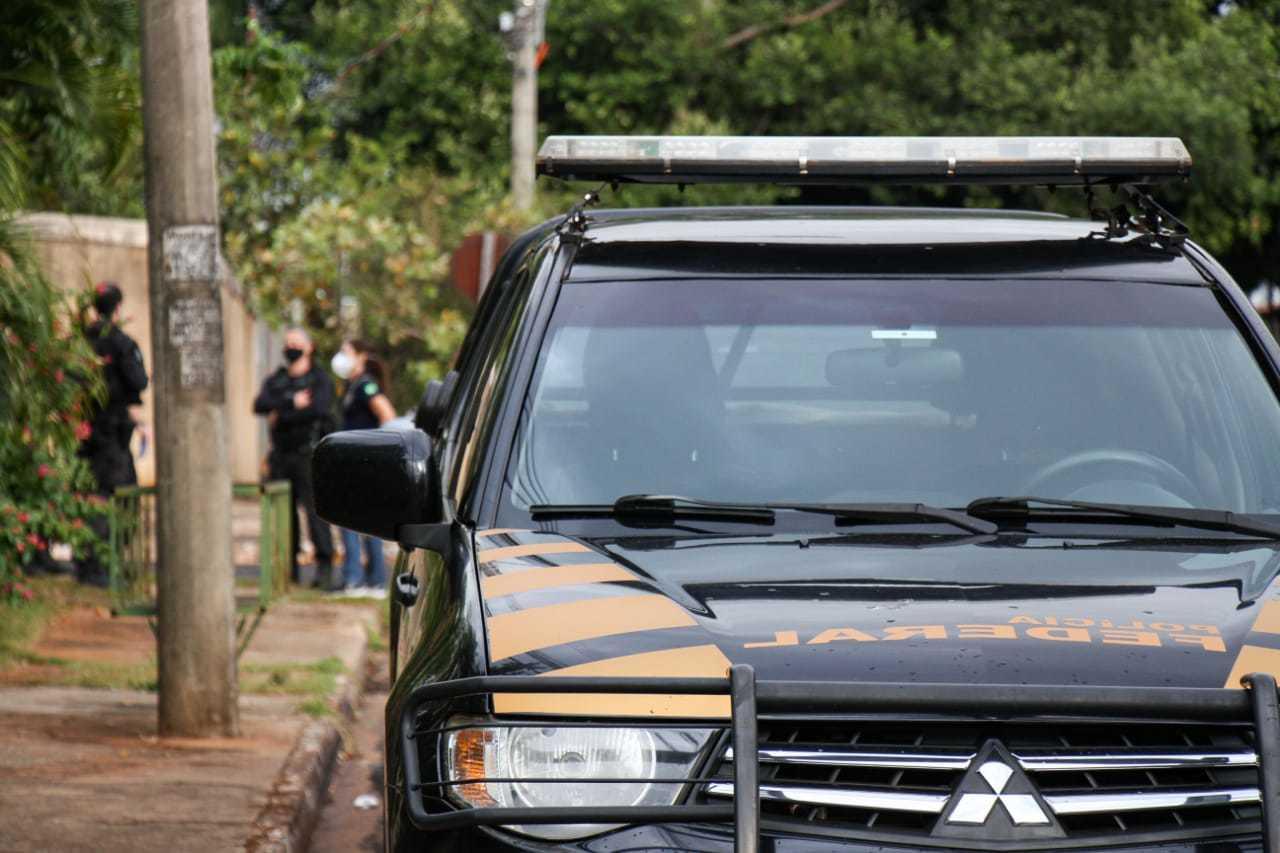 Equipe da Polícia Federal no Bairro Itanhangá. (Foto: Henrique Kawaminami)