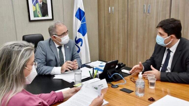 Rosana, diretora-presidente do HR (à esquerda), Marcelo Queiroga, ministro da saúde, no meio, e José Mauro, secretário municipal de saúde (Foto: Divulgação)