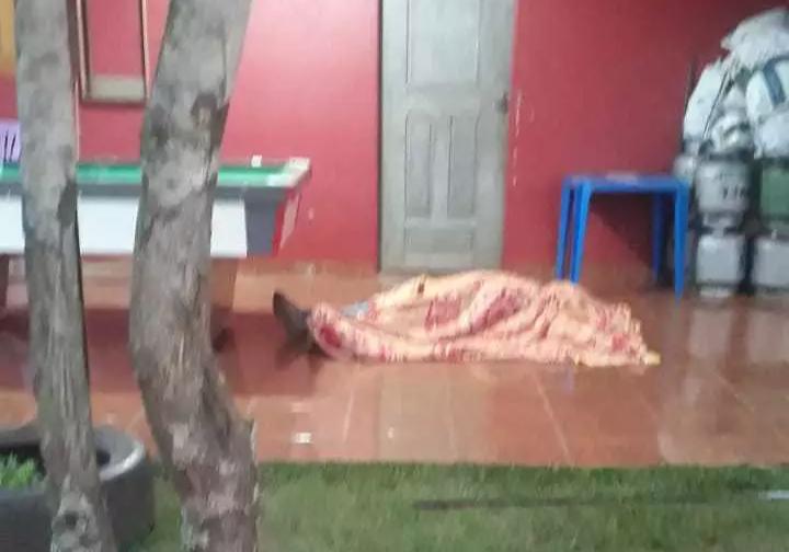Corpo de uma das vítimas coberto com um lençol. (Foto: Direto das Ruas)