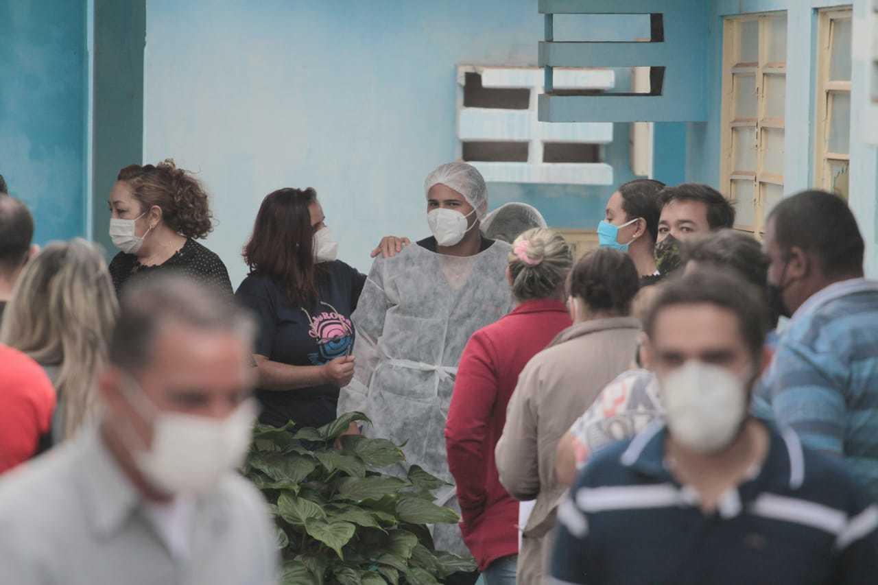 Unidade de saúde lotada em Campo Grande, com fila para testes. (Foto: Marcos Maluf)