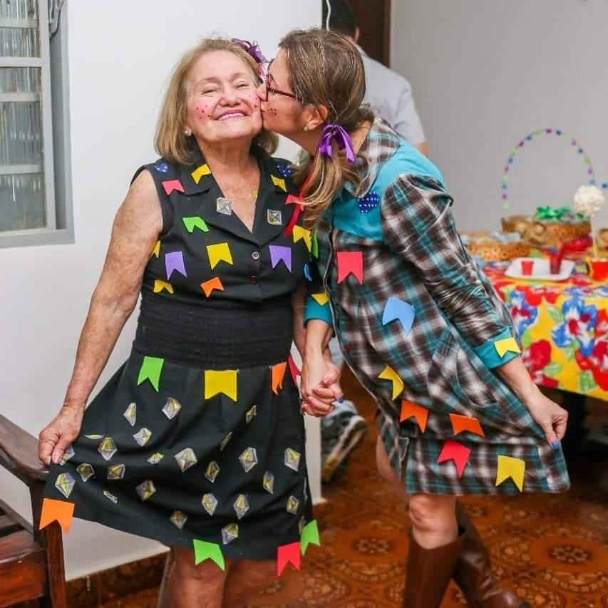 Dona Leisle recebendo um beijo carinho da filha Andréa. (Foto: NK Kids Fotografia)