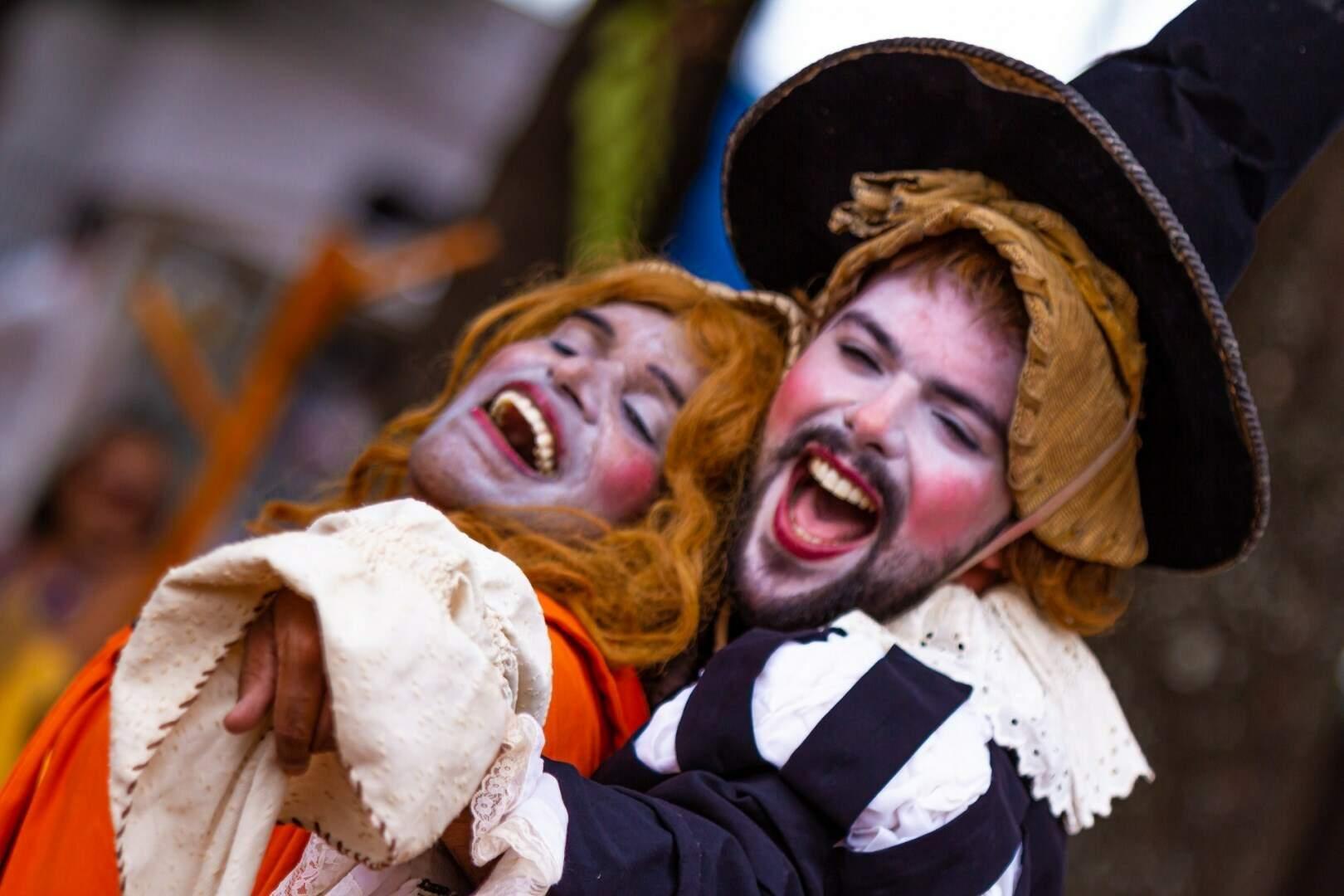 Na imagem cena do espetáculo A Princesa Engasgada da companhia campo-grandense Teatral Grupo de Risco. (Foto: Reprodução Facebook TGR)