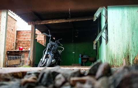 Mulher tem casa e moto destruídas em incêndio causado pelo ex-marido