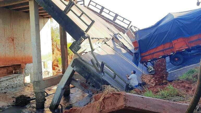 """Ponte caiu ontem em Cruce Tacuatí e """"engoliu"""" três veículos; três morreram (Foto: ABC Color)"""
