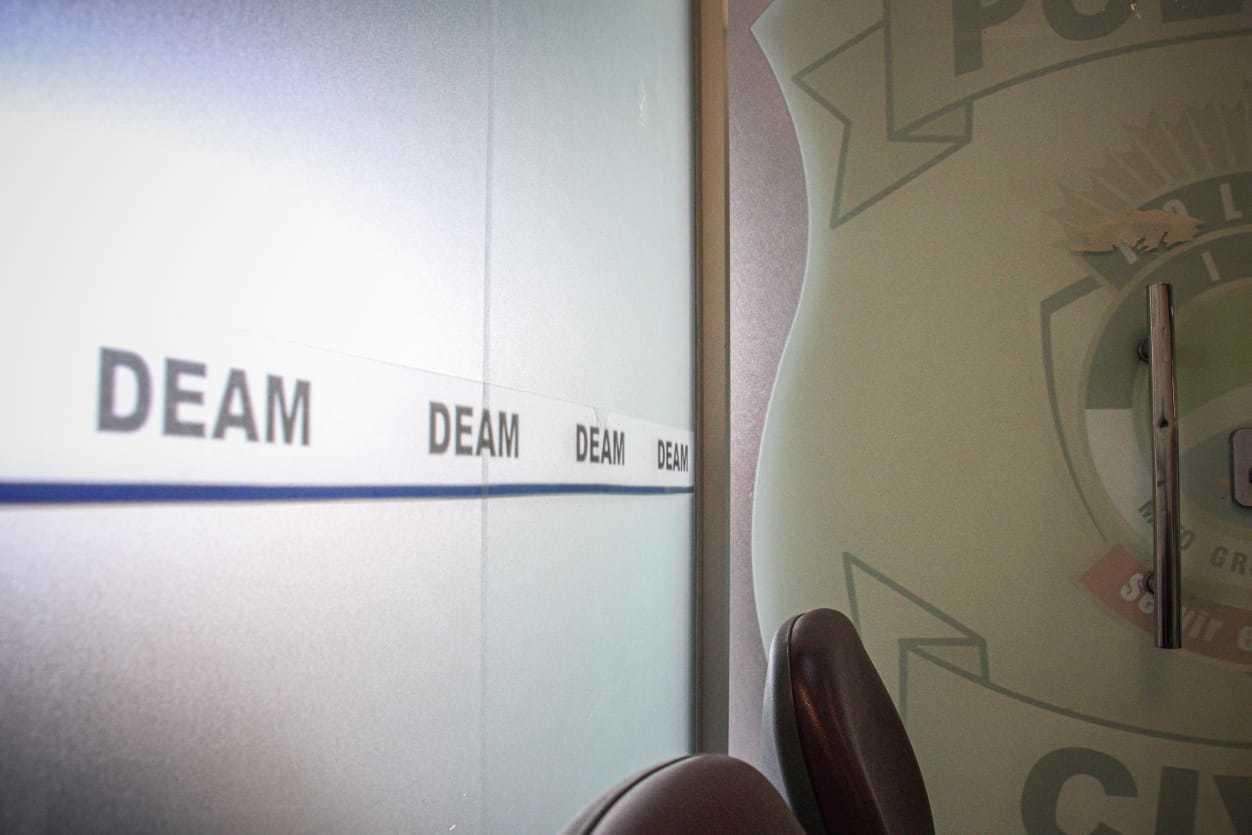 Porta da Deam (Delegacia Especializada de Atendimento à Mulher). (Foto: Henrique Kawaminami)
