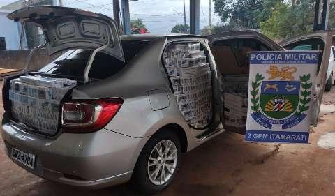 Carro é apreendido lotado com caixas de cigarro contrabandeado do Paraguai