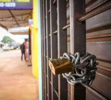 No bairro, lojista diz que nunca viu fiscalização, mas vai fechar as portas