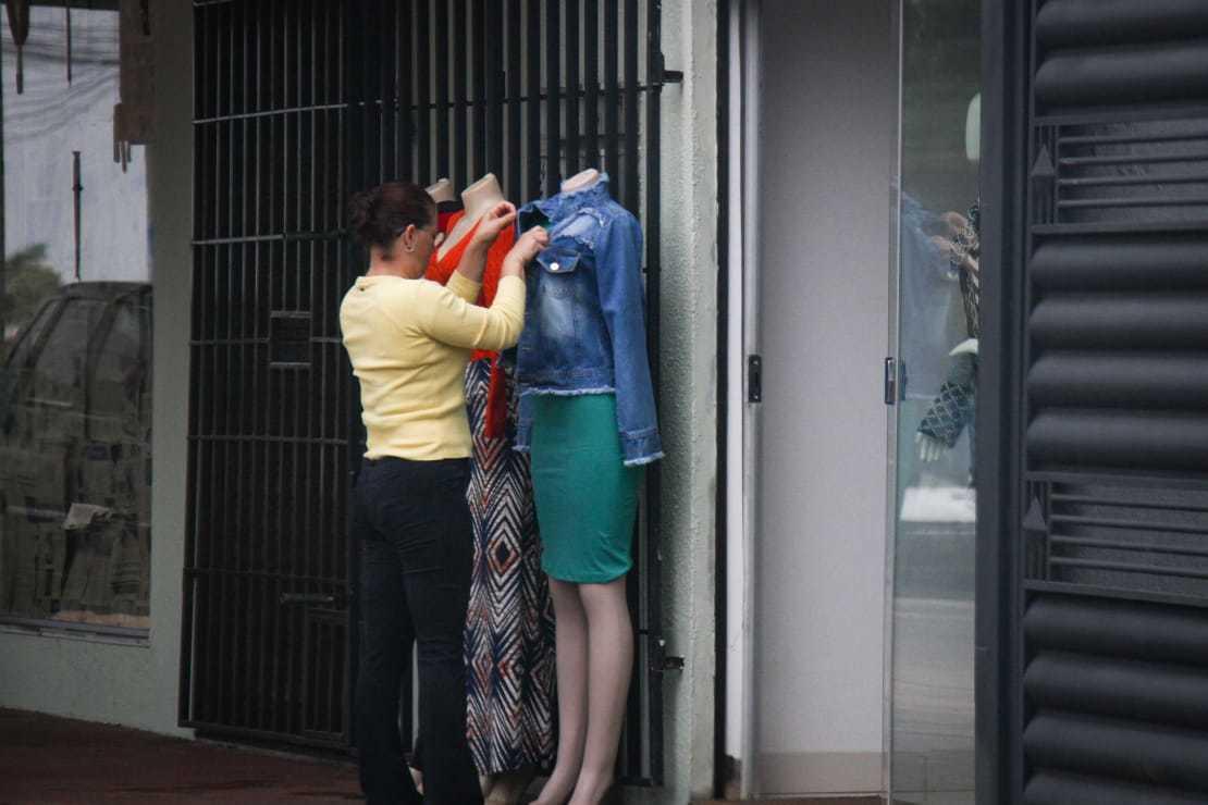 Lojas do bairro já calculam prejuízo e contas que vão atrasar durante suspensão de atendimento presencial aos clientes. (Foto: Henrique Kawaminami)