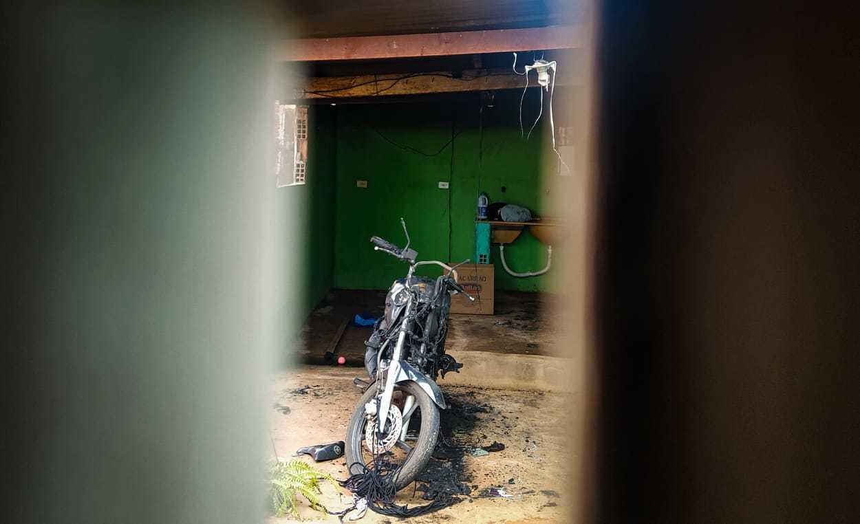 Moto da vítima ficou destruída com o incêndio (Foto: Henrique Kawaminami)