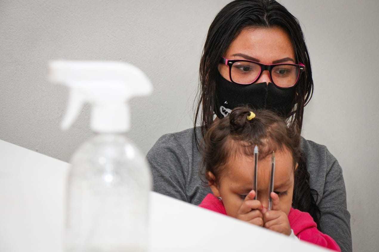 Na loja de Mayara, fica apenas ela e a filha e esta será a terceira vez em 10 meses que vão suspender o atendimento. (Foto: Henrique Kawaminami)