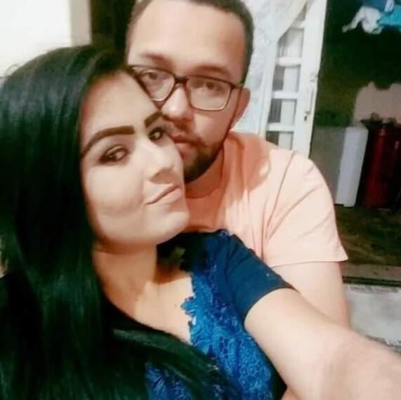 Casal já começou a morar junto após um mês de namoro. (Foto: Arquivo Pessoal)