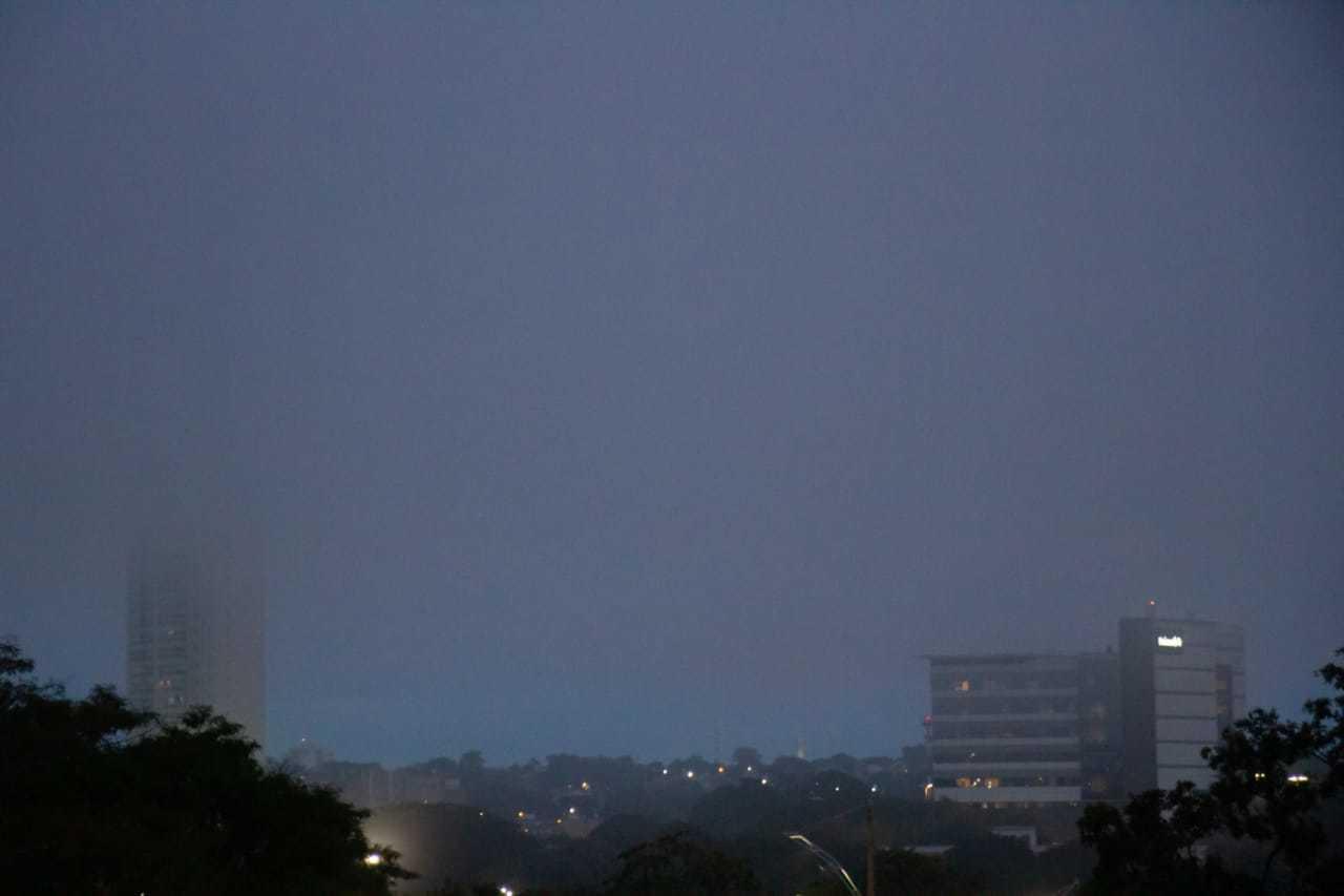 Campo Grande amanheceu com neblina forte nesta sexta-feira (Foto: Henrique Kawaminami)
