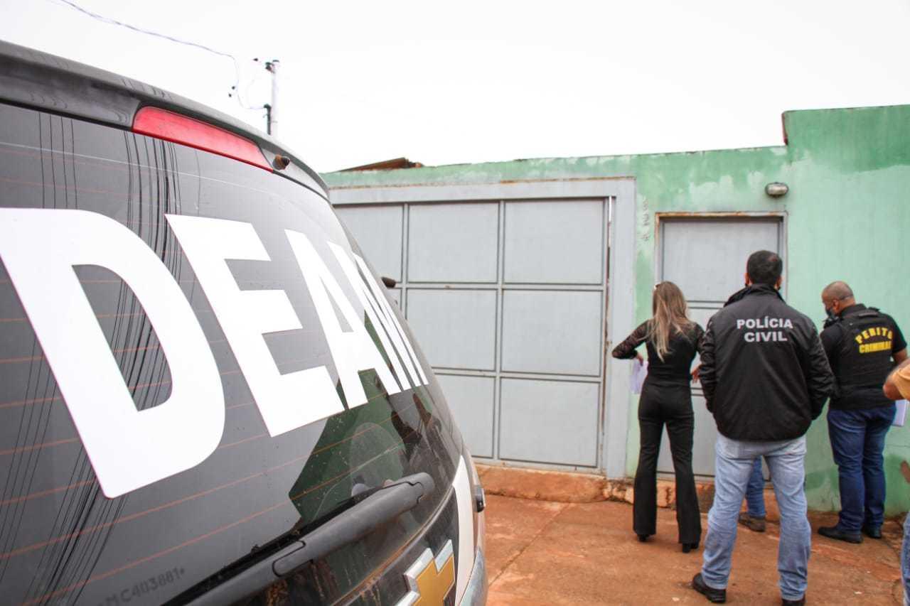 Equipes da Deam e da perícia na casa incendiada pelo suspeito (Foto: Henrique Kawaminami)