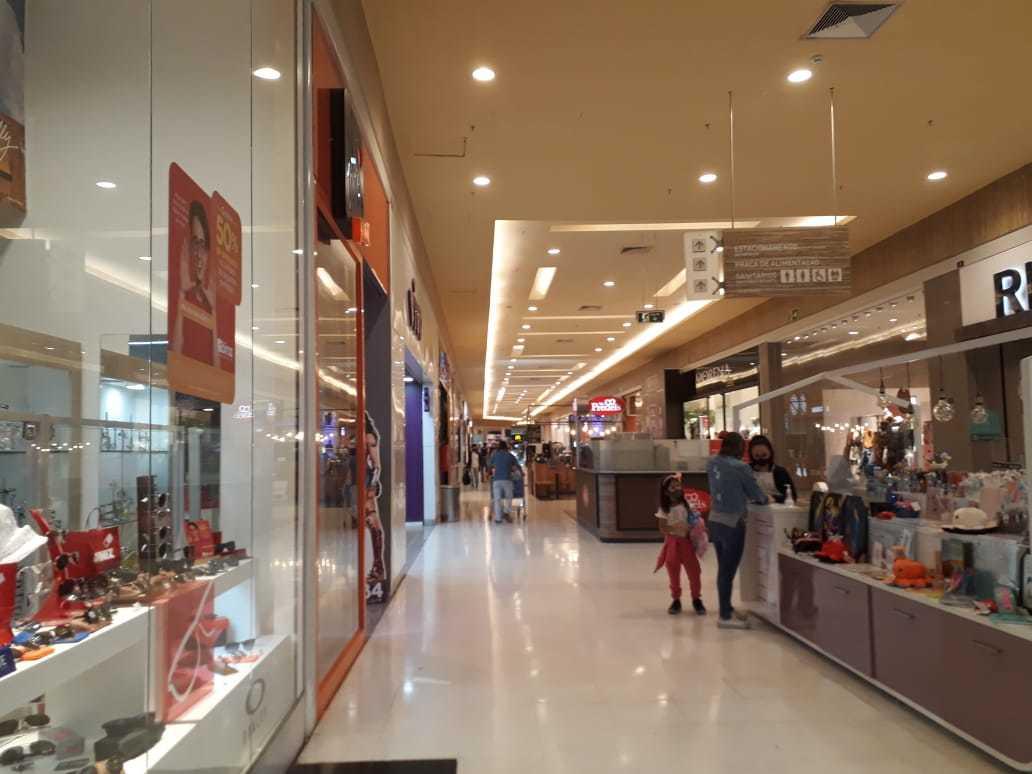 Corredores do Shopping Norte Sul Plaza praticamente vazios no início desta sexta-feira (Foto: Alana Portela)
