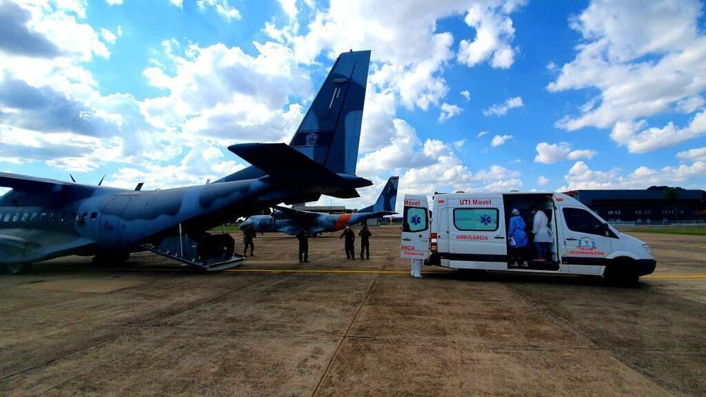 Transferência de paciente na Base Aérea de Campo Grande. (Foto: Divulgação Governo de MS)