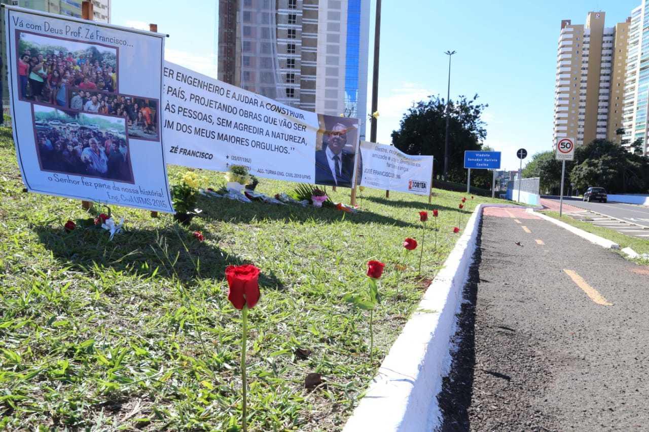 Canteiro próximo de pontilhão ganhou flores e cartazes de homenagem ao engenheiro José Francisco de Lima. (Foto: Kísie Ainoã)