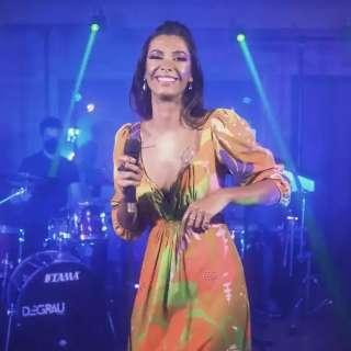 Cantora supera o medo de críticas e solta a voz solo em show online