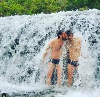 Um beijo romântico na cachoeira ficou marcado na vida de Guilherme e Fabiano.