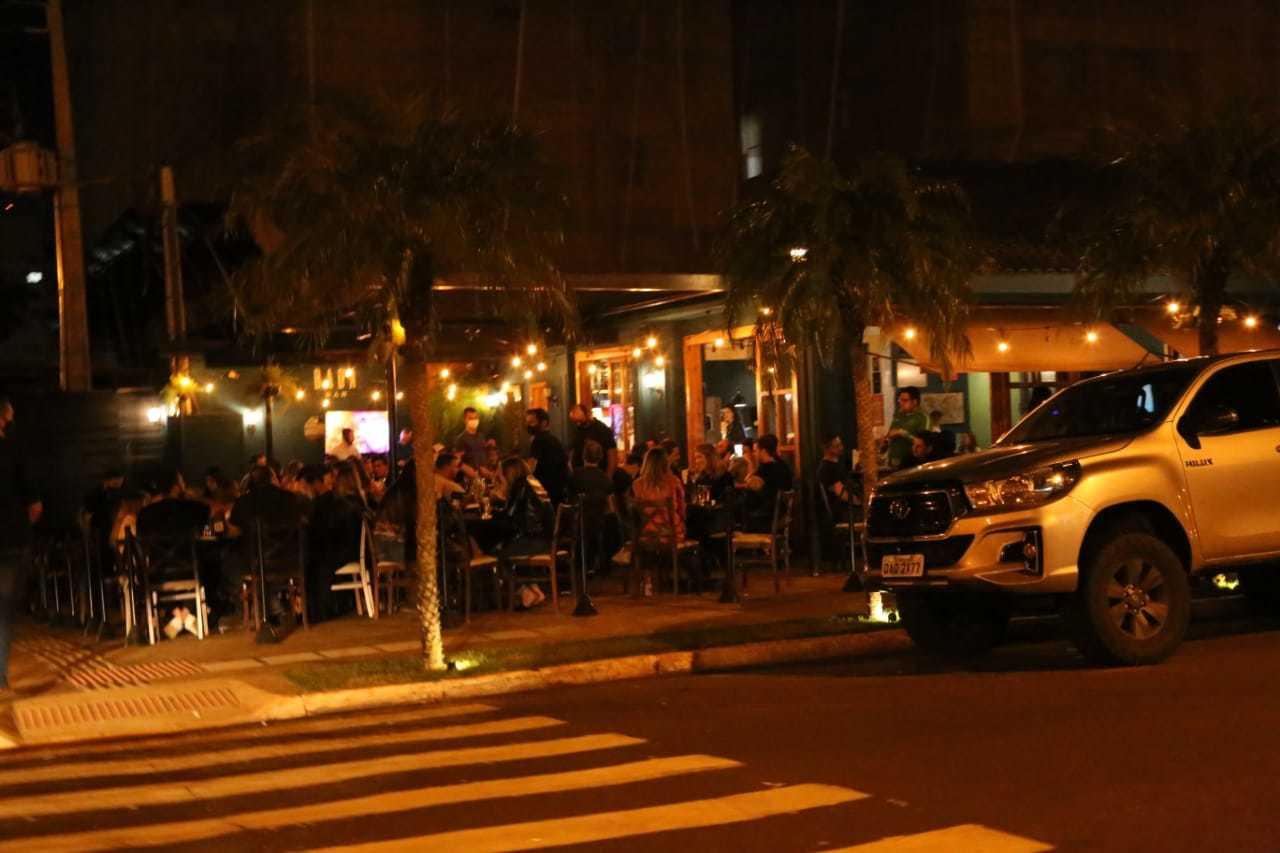 Ao contrário da maioria dos restaurantes o Bada Bar lotou mais uma vez. (Foto: Kísie Ainoã)