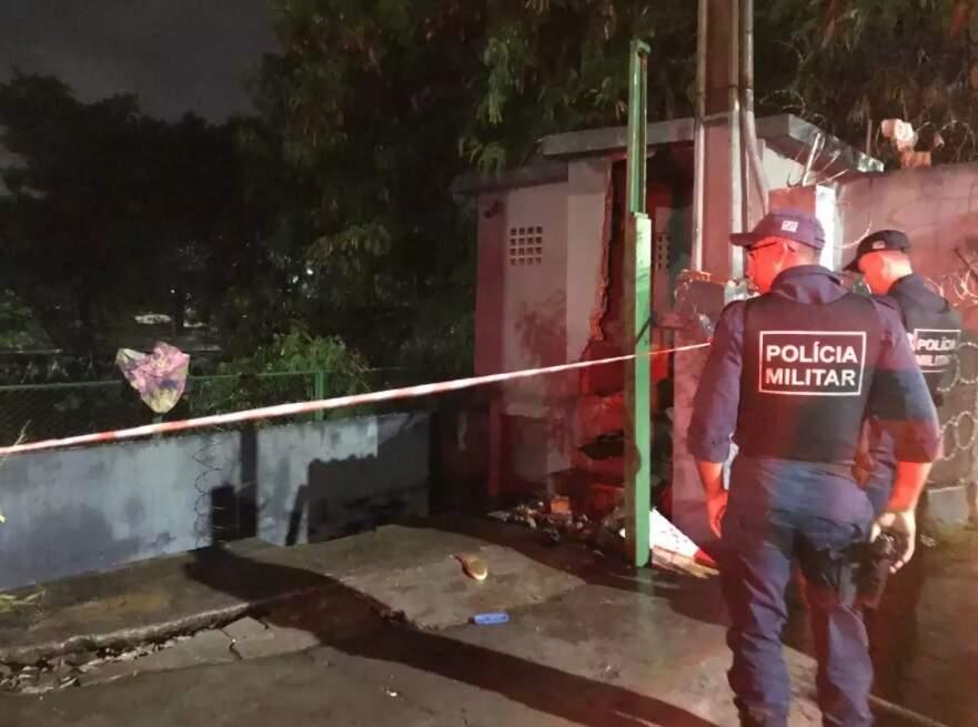 Policiais militares em trecho da Avenisa Ernesto Geisel, às margens do Rio Anhanduí, onde corpo foi encontrado (Foto: Aletheya Alves)