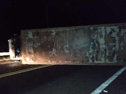 Caminhão carregado de mandioca tomba e interdita a MS-450