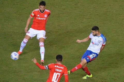 Após semana desastrosa, Internacional vence o Bahia com um jogador a menos