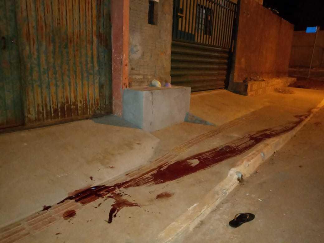 Rastro de sangue que ficou no local onde Rianzinho foi baleado durante confronto (Foto: Sidney Assis)
