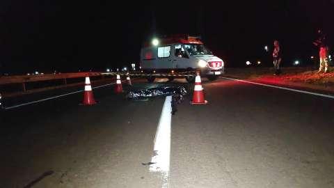 Deitado no meio da pista, adolescente morre atropelado em rodovia federal