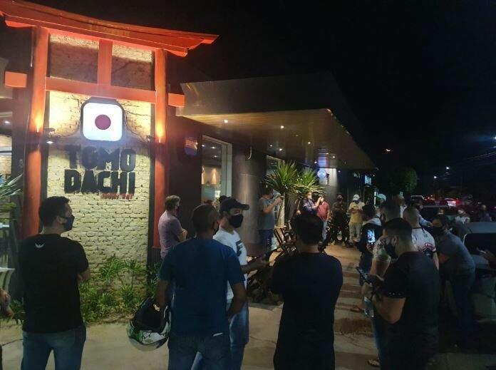 Empresários reunidos em frente ao restaurante. (Foto: Perfil News)