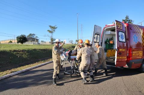 Ciclista vai parar na roda de caminhão em acidente na João Arinos
