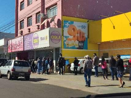 Dourados tem famílias inteiras na rua e filas enormes após lockdown